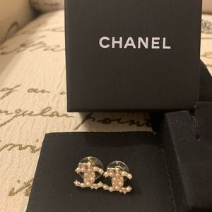 Authentic Chanel pearl CC earring